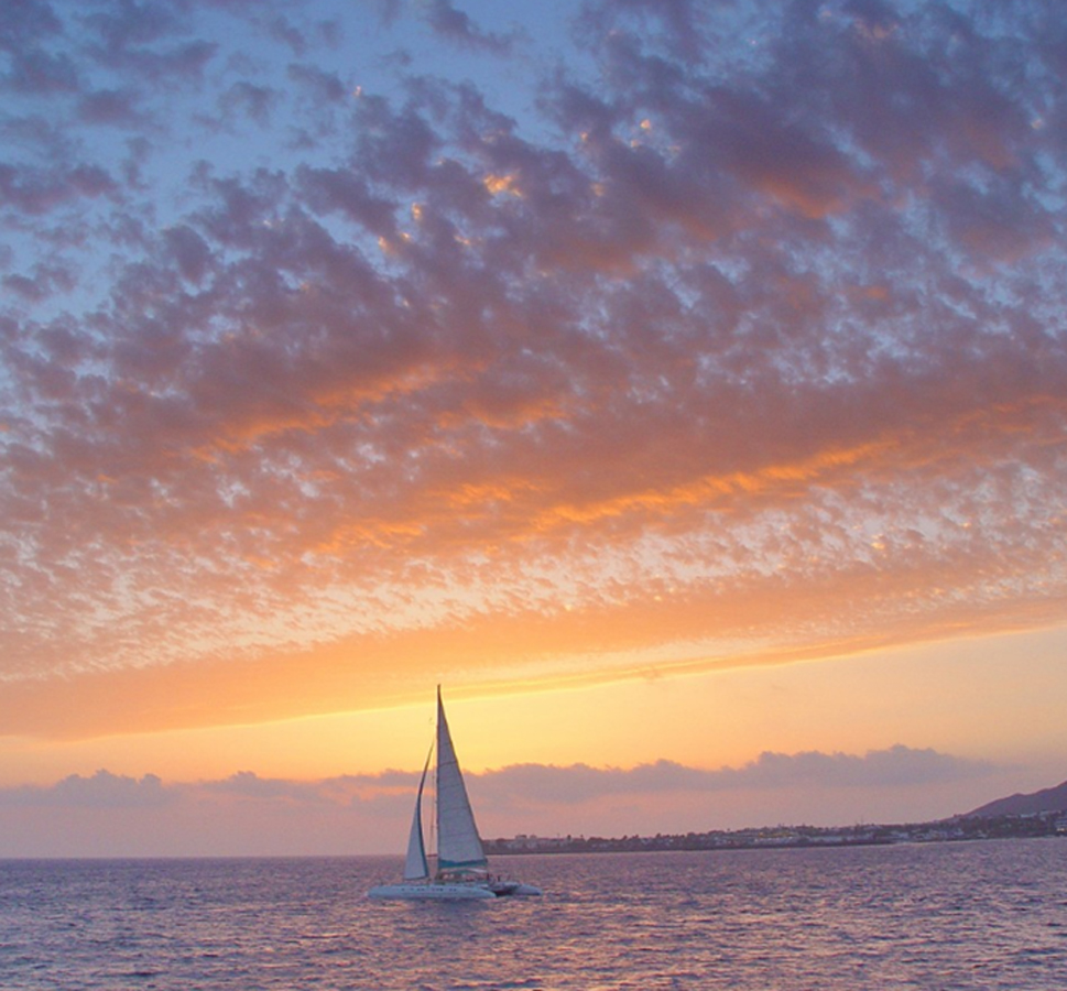 Barco navegando por las Islas Canarias