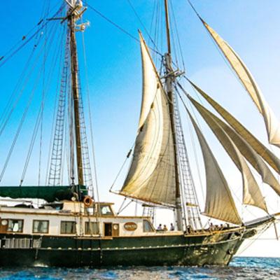 Goleta navegando por Grecia
